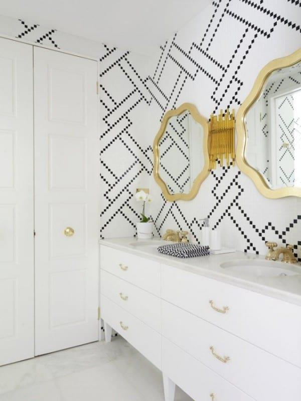 elegante Wandgestaltungsidee für weißes Badezimmer