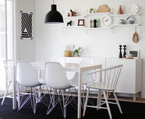 esszimmergestaltung in weiß mit Holzstülen und Designerstühlen - schwarzer teppich im esszimmer