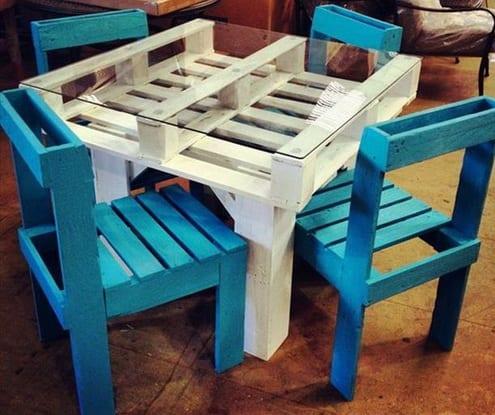 selbstgemachter tisch und blaue stuhlen aus paletten