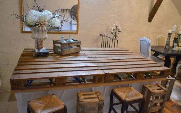 selbstgemachte Esstisch mit weinregal und Hocker aus Paletten