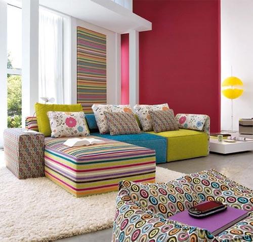 farbrausch schöner wohnen - dunkelpink wand und buntes sofa