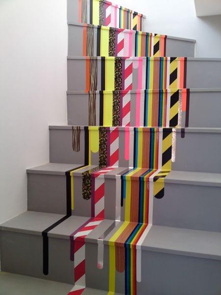 schöner wohnen - graue treppenstufen mit bunte klebestreifen