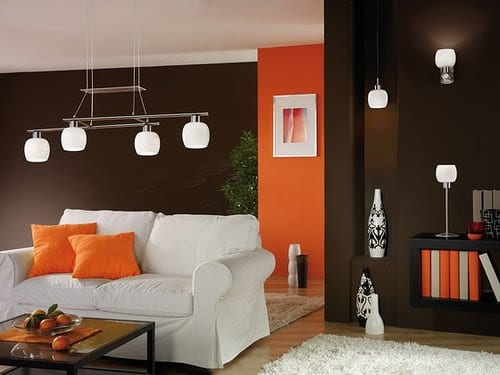 Farbeinrichtung in dunkelbraun und orange