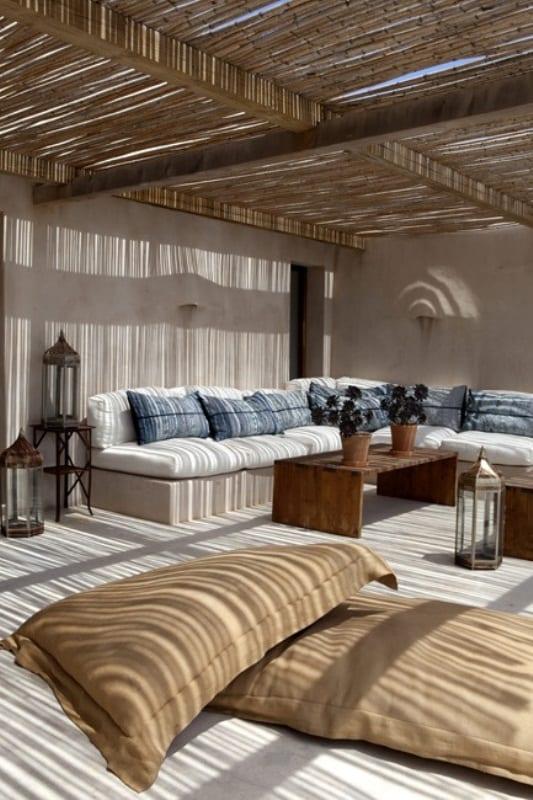 moderne terrassegestaltung mit ecksitzmöbeln und holzcouchtisch- metalllaterne-große sitzkissen
