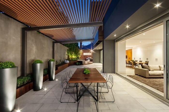 moderner Holzesstisch mit Metallstühlen- terrassengarten-moderne metallpflanzentöpfen-modernes wohnzimmer mit Fensterwand