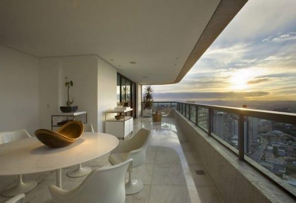 terrasse einrichten mit weißem Rundtisch und weißen Stühlen-Metallgeländer mit glasplatten