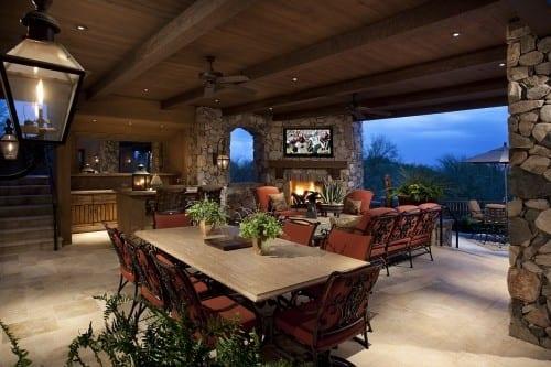 Gestaltung überdachter Terrasse mit Natursteinwänden und Natursteinboden- deckenleuchten aus Laternen-Stahl Terrassenmöbel