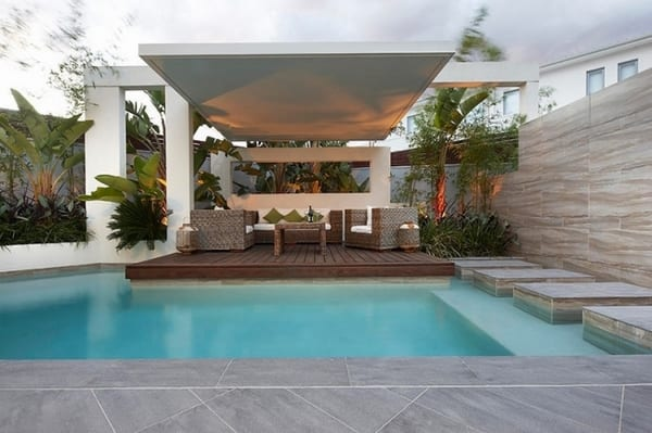 minimalistische Terrassegestaltung mit weißer Überdachung- Gang im Pool aus Natursteinplatten-moderne Gartenmöbel
