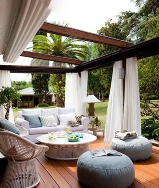 moderne terrasse gestaltung mit weißem Sofa und Holzgartenmöbeln- terrasseüberdachung aus Holzkonstruktion