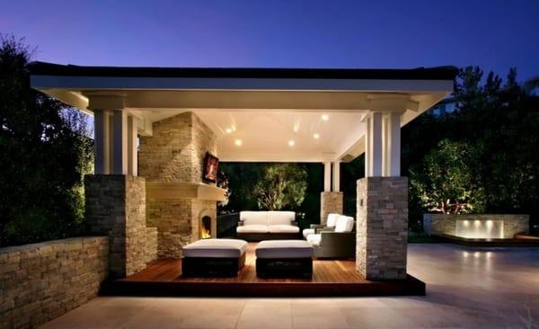 moderne Terrasse mit Gartenlaube aus Natursteinstützen und Holzpodest