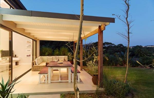 moderne hauseinrichtung-terrassegestaltung in weiß-ecksofa und holztisch mit holzbänken