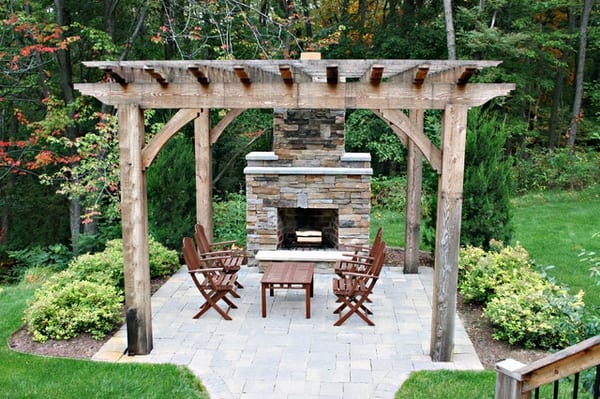 Terrassengestaltung mit Natursteinboden und Außenkamin aus Naturstein
