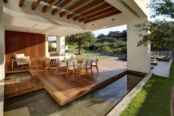 Luxus Haus mit Terrasse auf Holzpodest- Wassergestaltung im Garten- Terrasse in weiß und Holz-Gartenmöbel aus holz