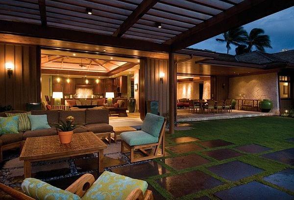 Außenanlage Gestaltung mit Holzüberdachung und Gartenmöbel aus Holz- modernes Haus