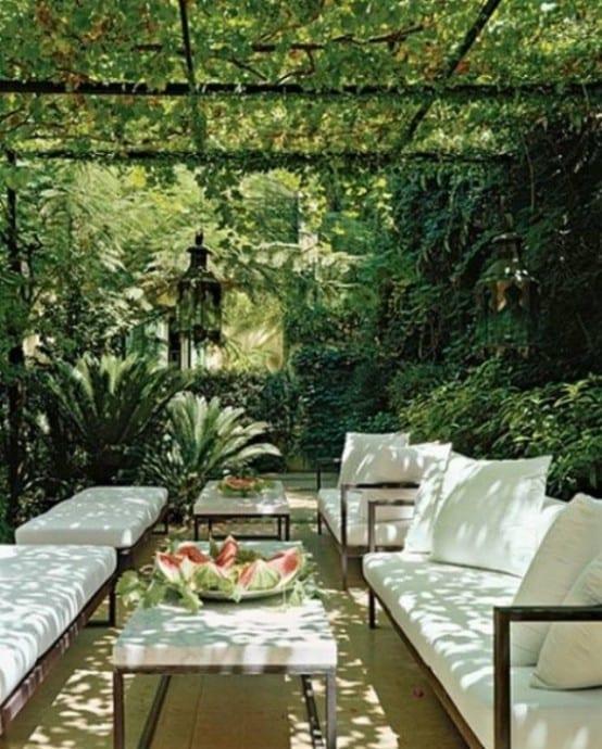 Gartenmöbel aus metallrahmen mit weißen Sitzkissen