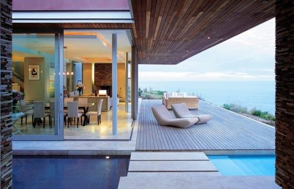 modernes wohnzimmer einrichten mit eckfenster und abgehängter decke-pool mit begehbaren natursteinplatten