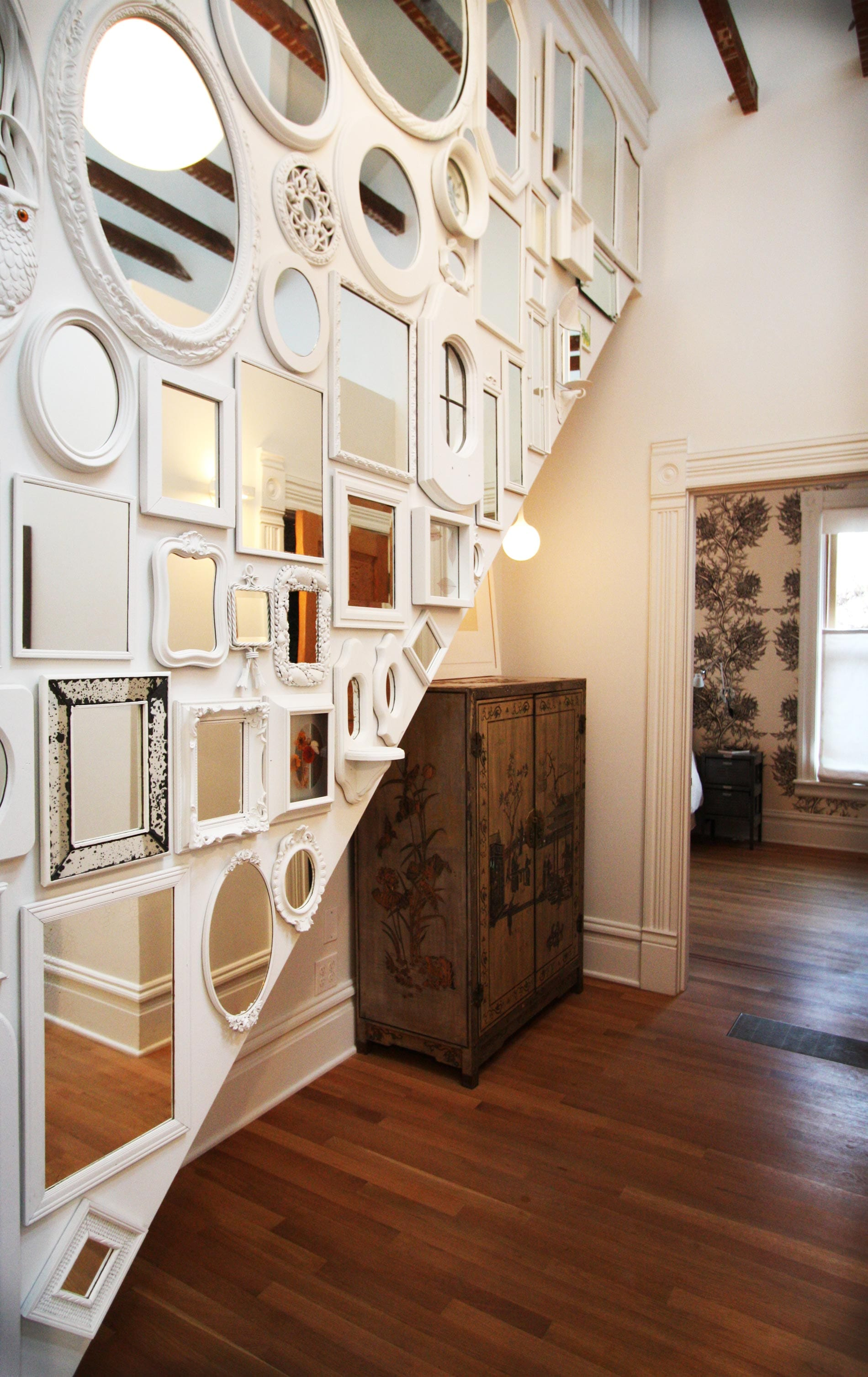 farbgestaltung Flur-weiße wand mit spiegeln in weißen Spiegelrahmen