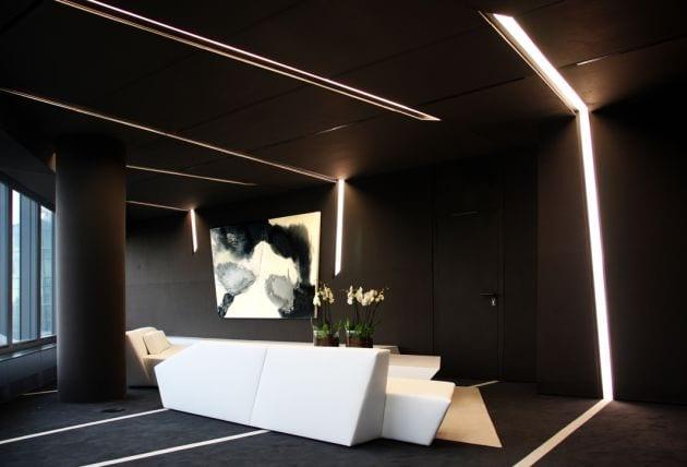 Interior in schwarz mit modernen weißen möbeln- schwarze runde stütze- kreative lichtgestaltung
