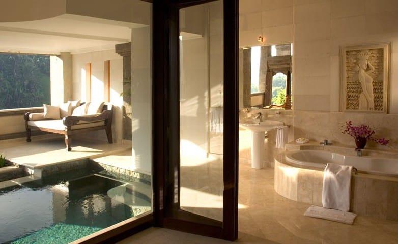 innenpool im Bad-badezimmer mit marmor