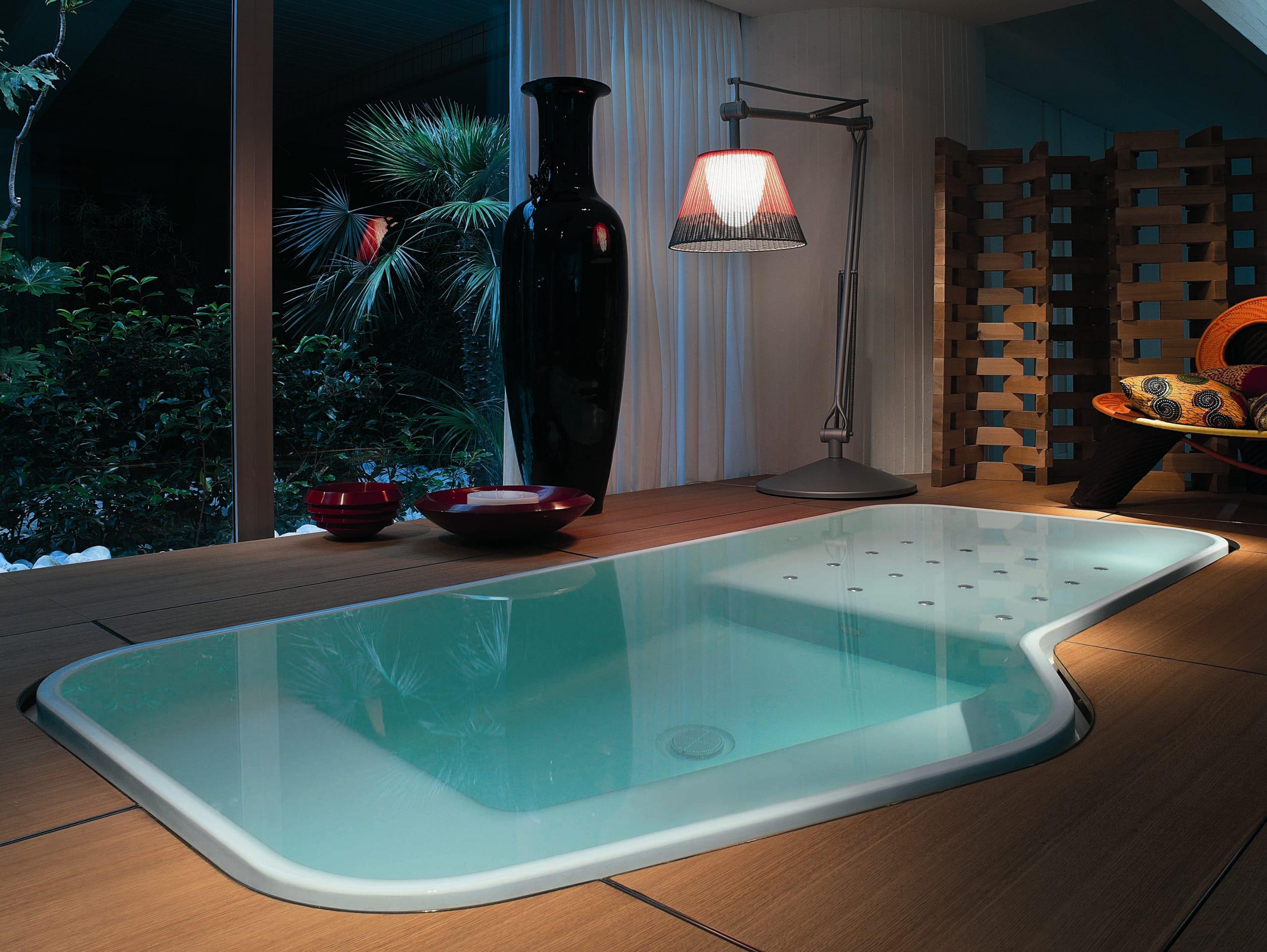 modernes badezimmer- badezimmer gestaltung mit schwarzer vase und stehleuchte-holzboden badezimmer