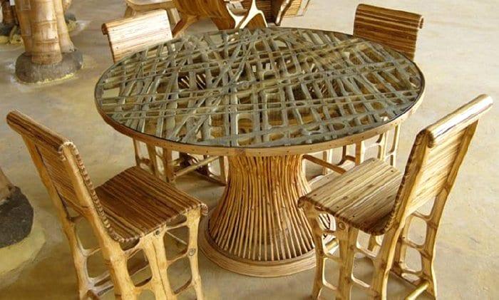 Rundtisch und Stühle aus Bambus