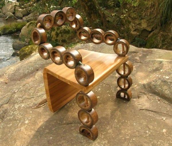 moderner Bambusstuhl mit Rücken- und Armlehnen aus geschnittenen Bambusstäben