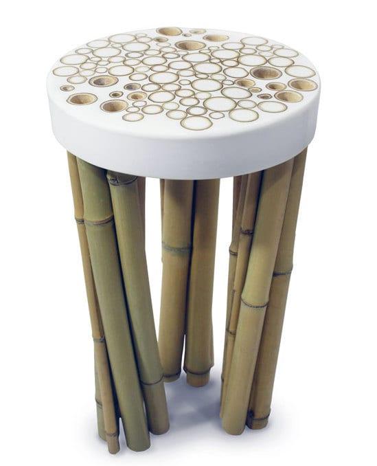 Designerstühl aus Bambus- hocker mit Bambusfüßen und weiße Sitzfläche mit Abdruck geschnittener Bambusröhre