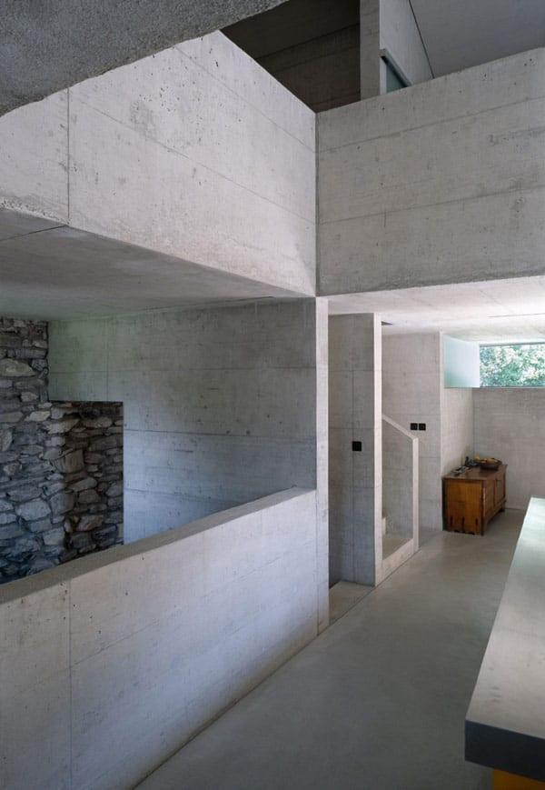 modernes Haus gestaltung mit natursteinwand und Sichtbetonwand