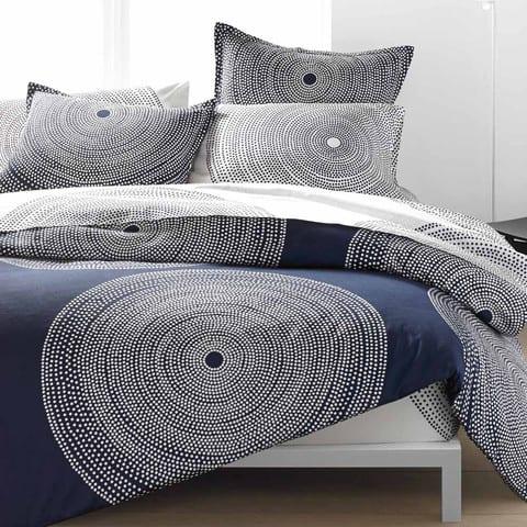 Bettwäsche mit kreisen in blau- elegante schlafzimmer einrichtung