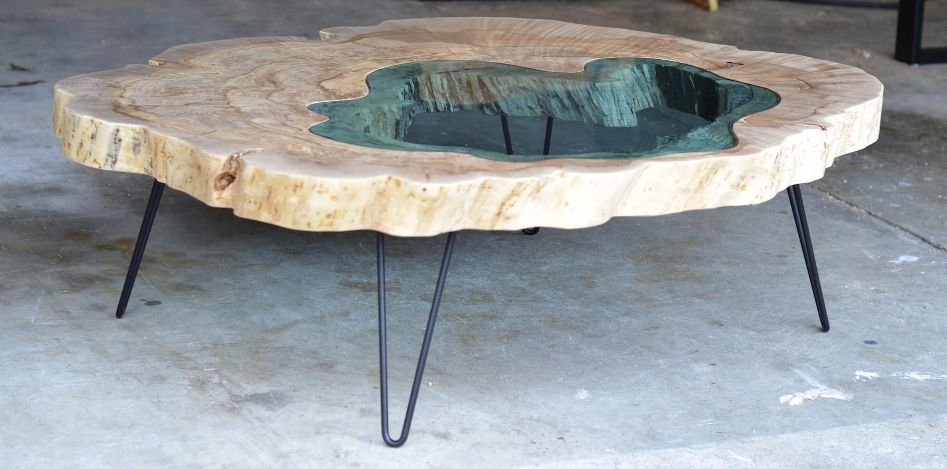 wohnzimmer gestalten-moderne Kaffetisch aus Holz und Glasplatte