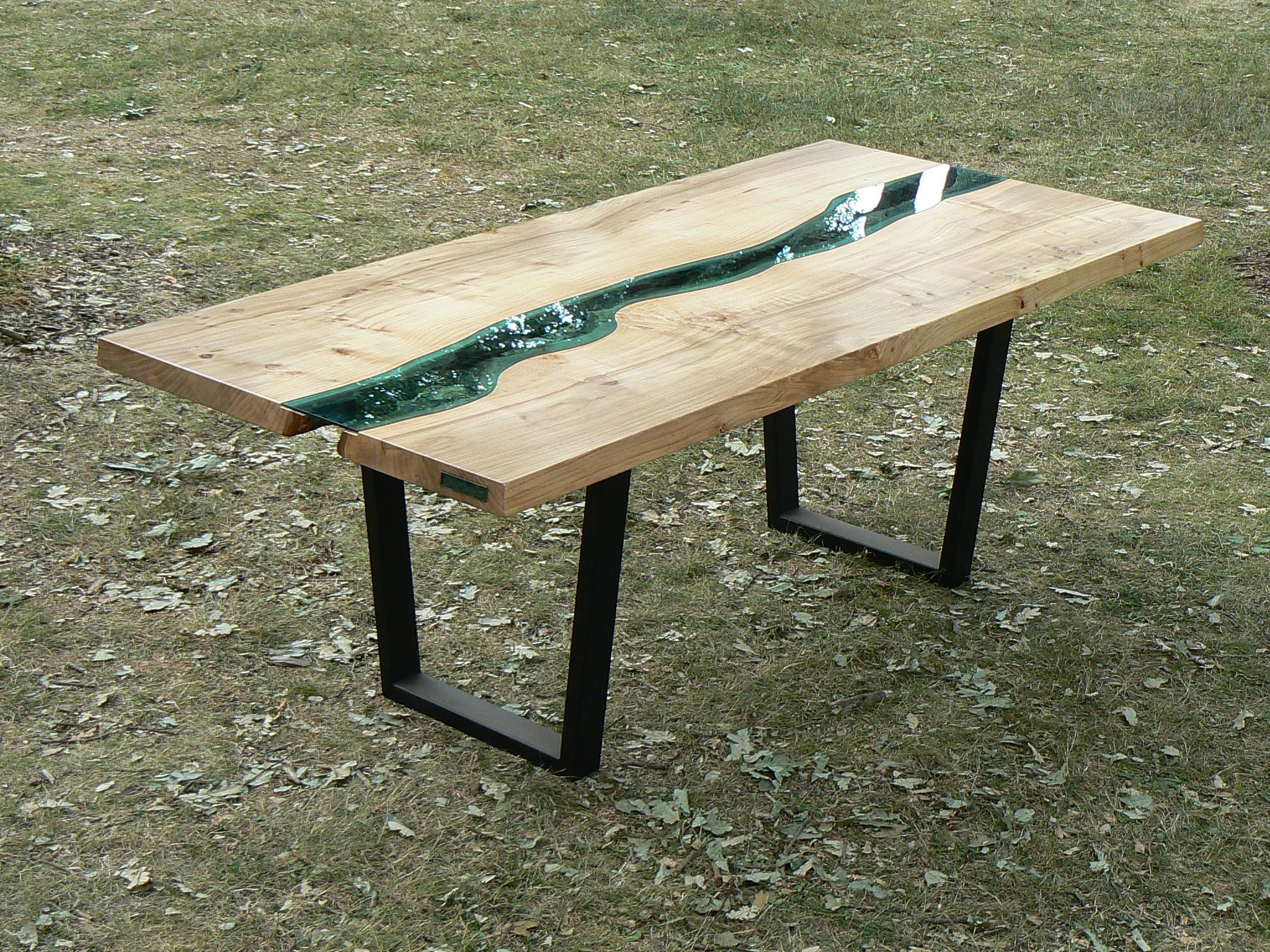 moderner Holzesstisch mit schwarzen Stahlfüßen