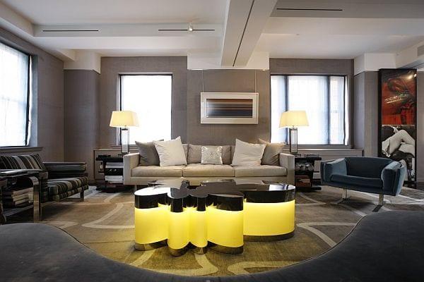 taupe farbe - graue wand mit weißem sofa- leuchtender designer couchtisch- seats and sofas