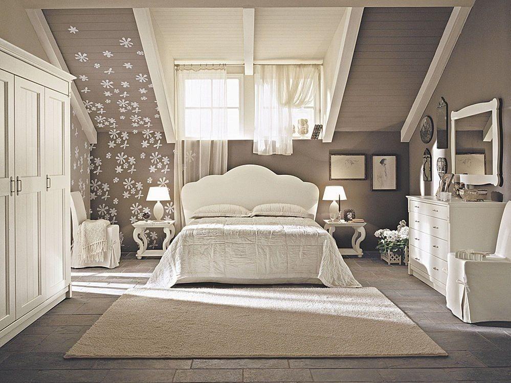 Schlafzimmer am Dach- weißes bett mit weißer Bettwäsche- weiße Kommode- kleiderschrank weiß