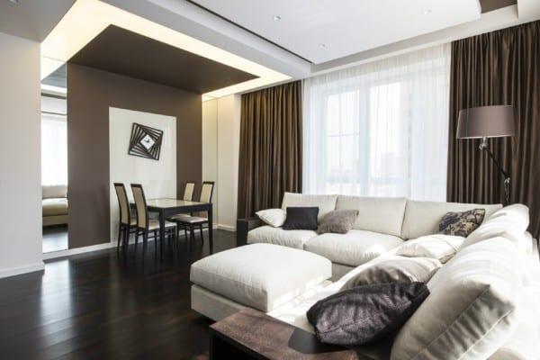 luxus wohnzimmer gestalten mit ausgehöngter decke und gardinen taupe- decke beleuchtung- wanddeko idee mit spiegeln-weiße Couch