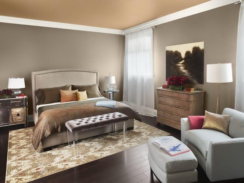 schlafzimmer gestalten - rustukale kommode. sessel und hocker grau- schlafzimmer teppich