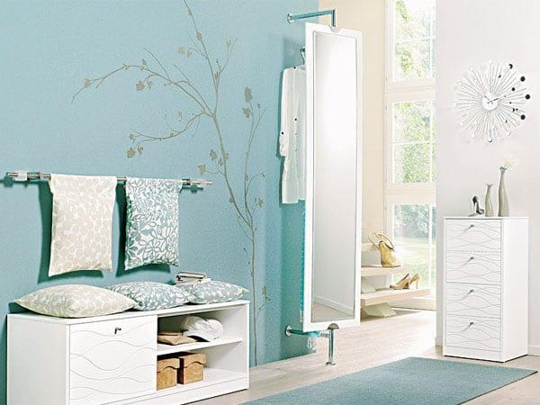 Wandtattoo baum- Flur Gestaltung- weiße Flurmöbel- Teppichläufer blau- spiegel im flur