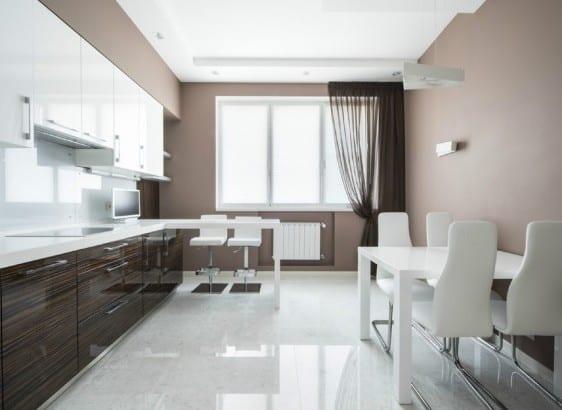 weiße küche - esstisch mit weißen esszimmerstühlen- gardinen braun