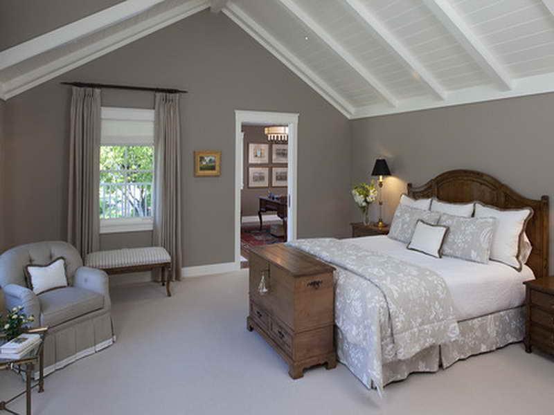 schlafzimmer gestalten mit Holzbett und weiße holzdecke- gardinen taupe- sitzbank- sessel grau