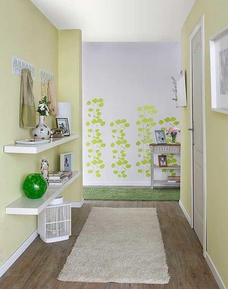grüne wandgestaltung mit weißen wandregalen und Wandtattoo-holzlaminat