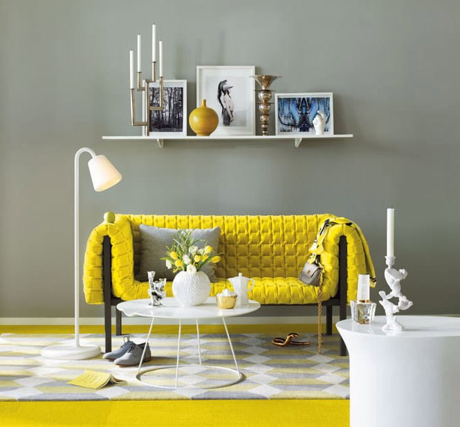 teppich gelb - sofa gelb- weißer wandregal- Wandgestaltungsidee