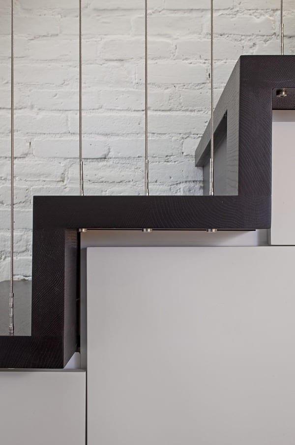 moderne Treppe - holztreppe mit eingebauten schubladen- Trepekonstriktion mit Metallseilen