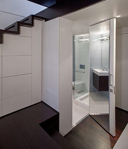 kleine wohnung gestalten - badezimmertür mit großfürmatigem Spiegel