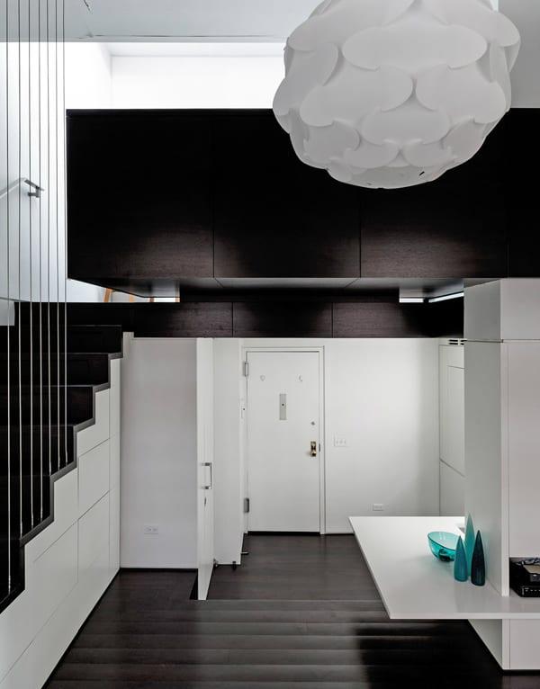 moderner loft in weiß und dunkelbraun - offene weiße kleine Küche