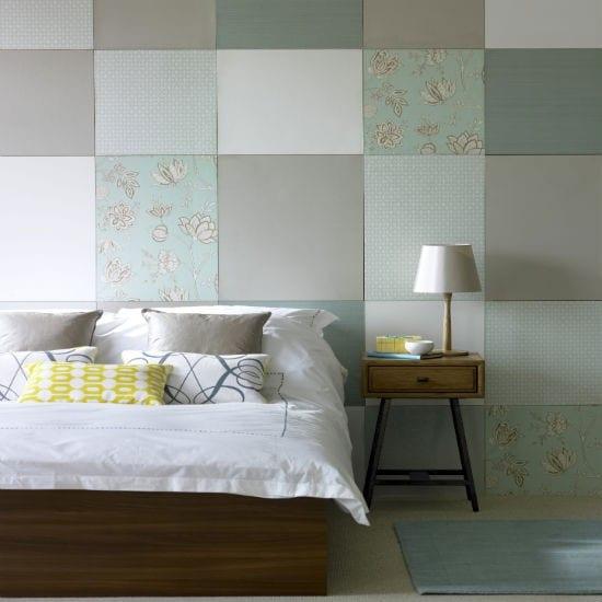 Schlafzimmer wandgestaltung - holzbett mit bettwäsche in weiß- holz nachttisch mit holz nachtleuchte