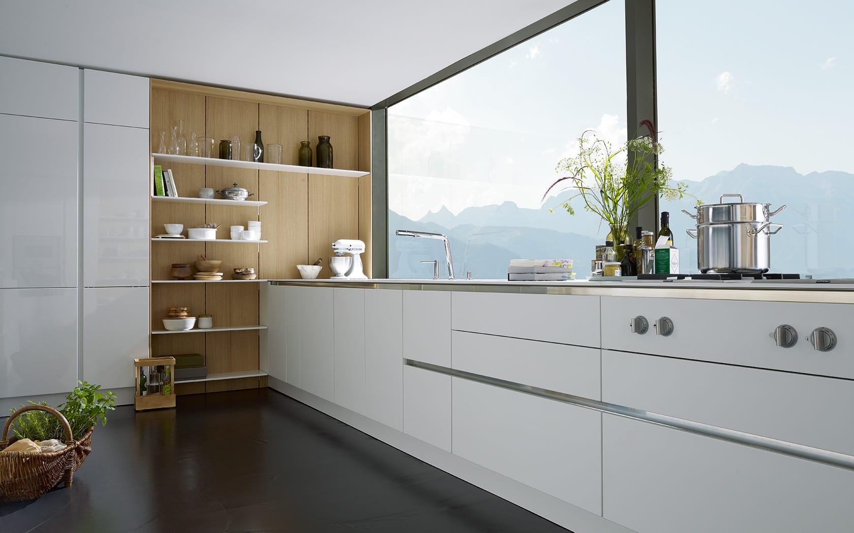 weiße küche mit offene Wandregalen und großformatigne Fenstern