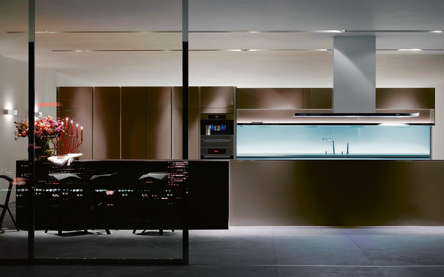 moderne küche mit kochinsel und beleuchtete Küchenarbeitsplatten