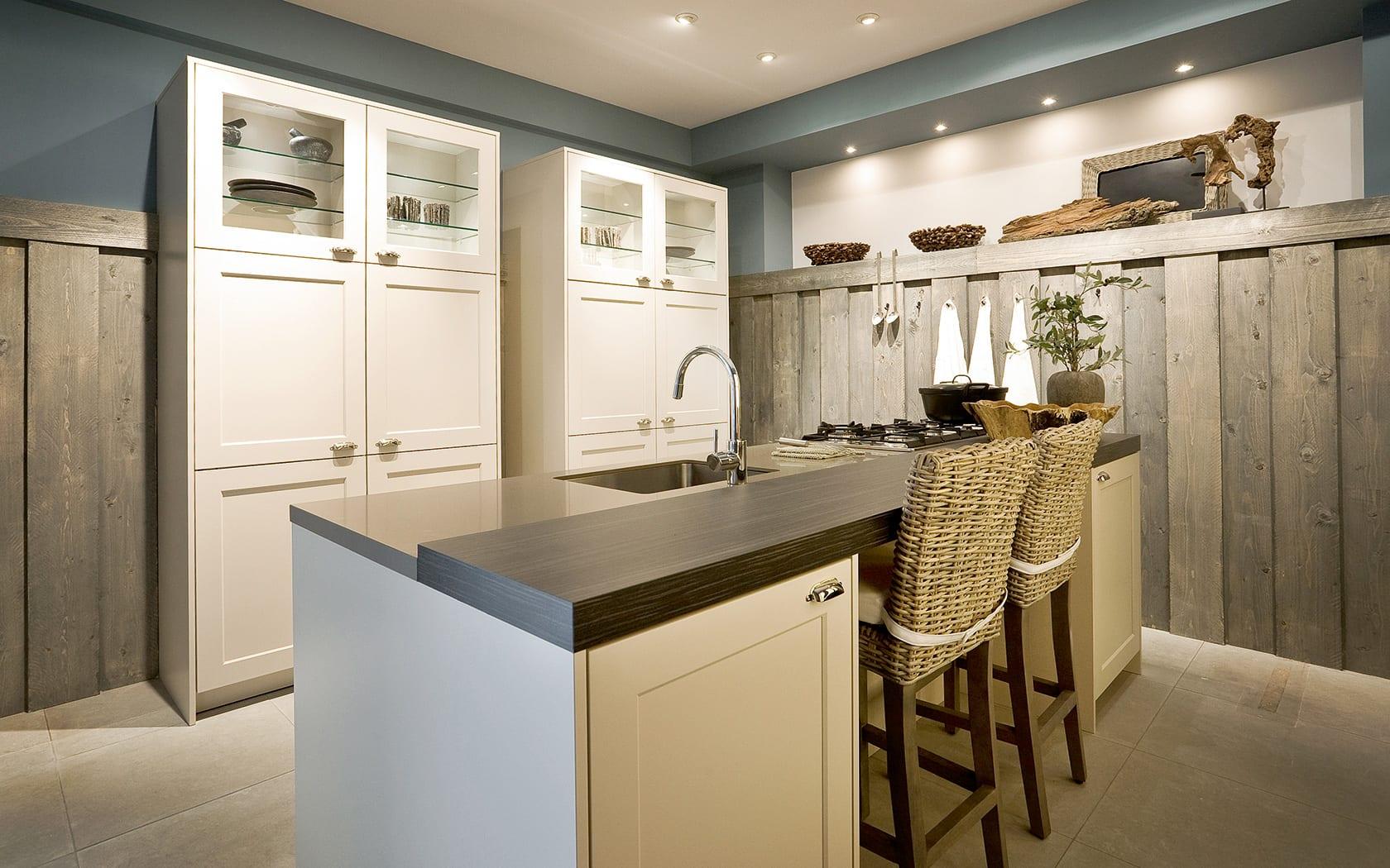 küchen aktuell - küche mit kochinsel und rattan Barhockern und Holz-Wandverkleidung