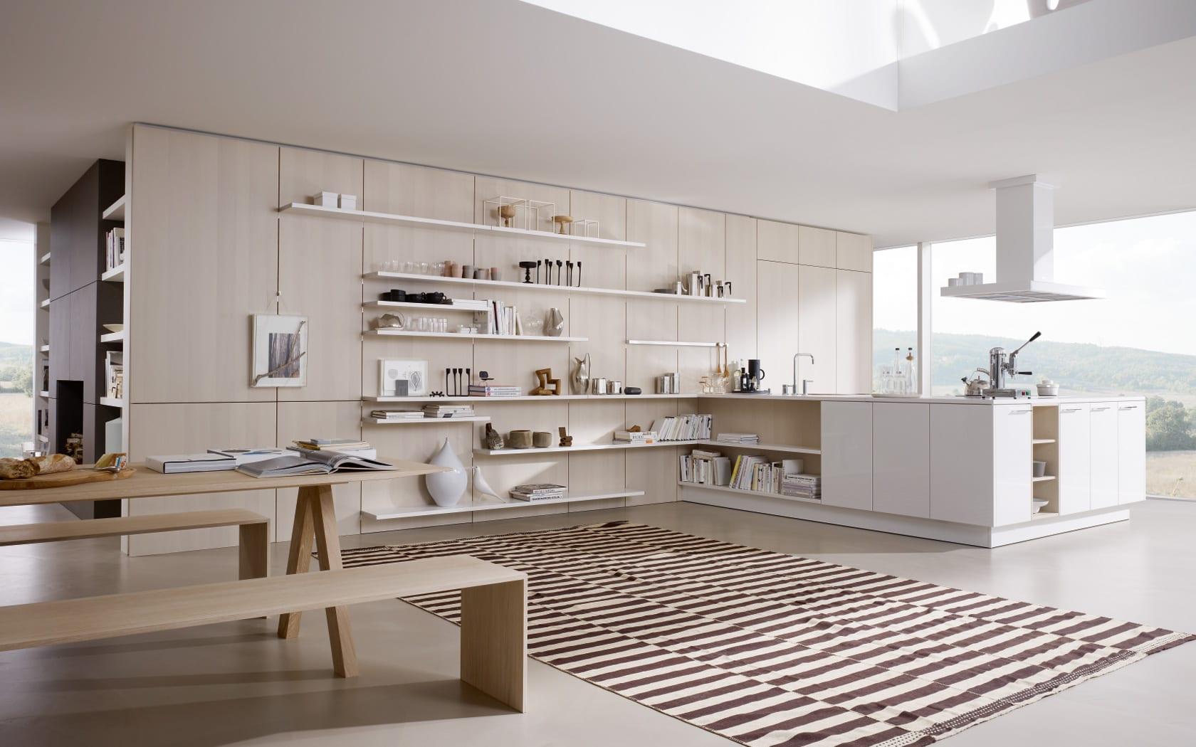 offene Küche in weiß mit Holzwand - Wohnungsgestaltung-wohnzimmer einrichten