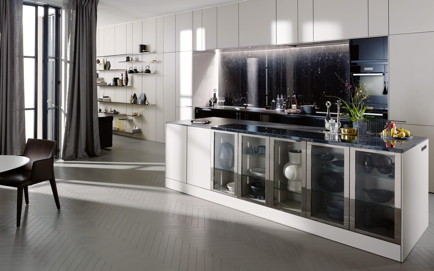 einbauküche mit kochinsel und Wandregalen in weiß