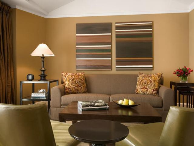 wohnzimmer einrichten in braun- sofa braun- holzcouchtisch- ledersessel in olivengrün